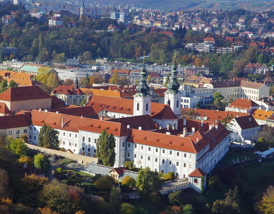 1200px-CZ-Prag-kloster-strachov-petrin